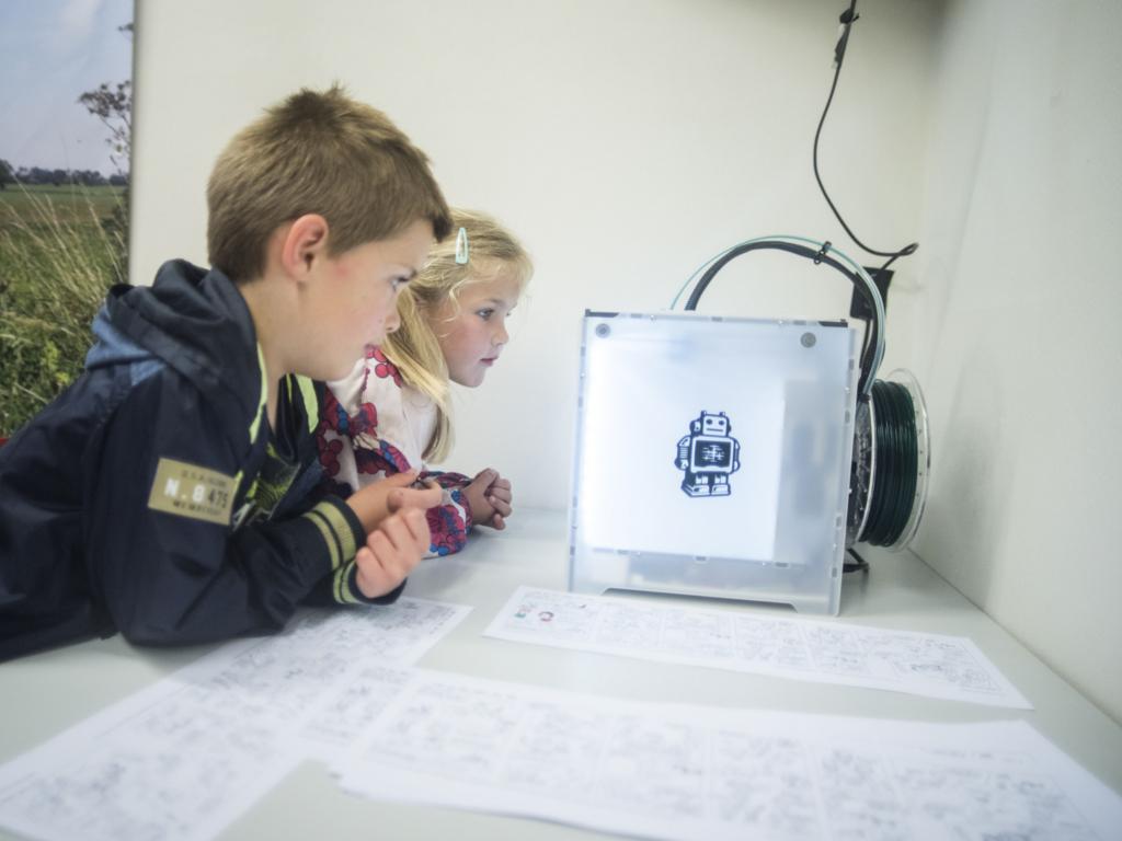 Kinderen 3D-printen tijdens opening expositie