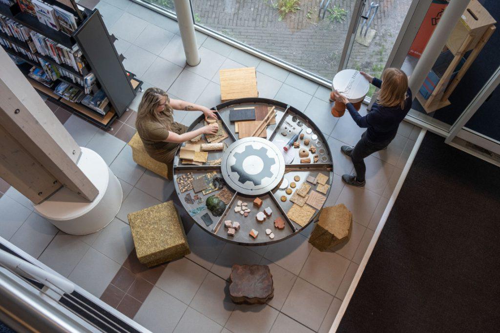 Lokale Maakpaats tafel en krukken voor Leens